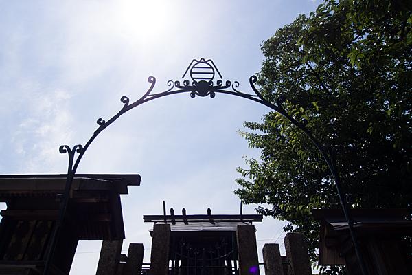 入場神社御嶽マークのアーチ