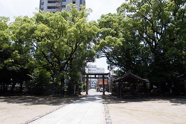 築地神社拝殿から入り口鳥居