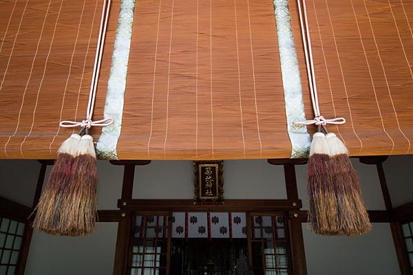築地神社拝殿前