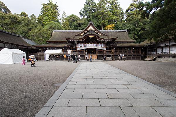 大神神社境内と拝殿