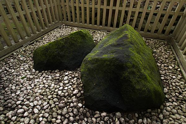 大神神社岩