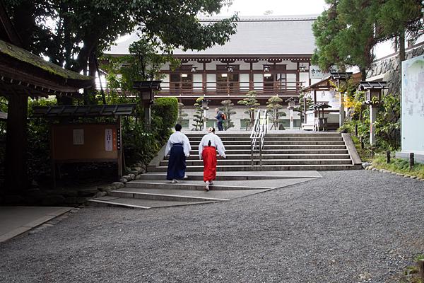 大神神社神職と巫女