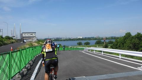 幸魂大橋から彩湖へ降りるスロープ。ここは彩湖の湖面が眼下に見えて良いですね。