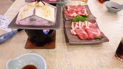 1日目の食事、ハーフバイキングですが、提供される食事で結構十分^^;牛肉のしゃぶしゃぶ(野菜はバイキングに置いてある)、焼き物。
