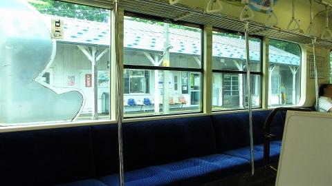 牧歌的な車内と、駅。