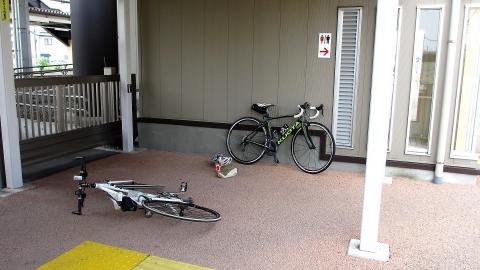 好摩駅西口は日陰で自転車を組み立てられる良い場所がありました。