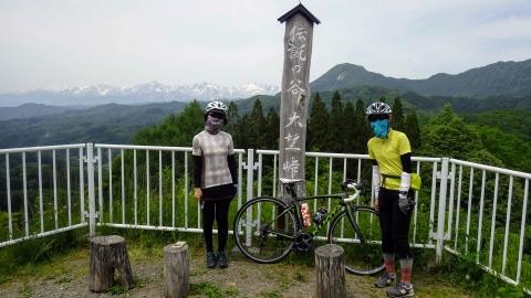 大望峠で記念写真、少し高曇りっぽかったのが残念ですが、実際にはとても景色が良くて良かったです。