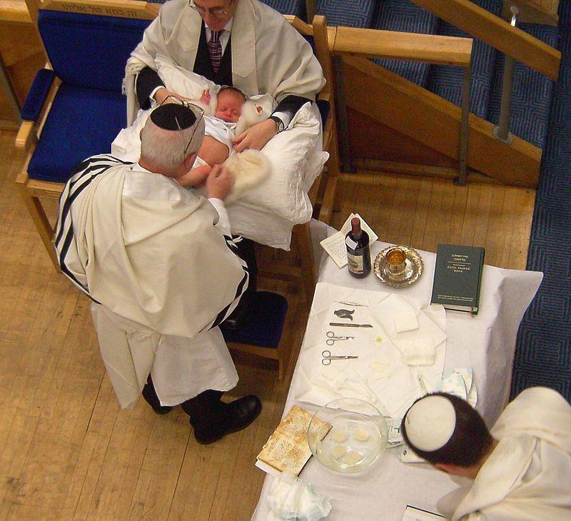 ユダヤ教徒の儀式『割礼』を準備する様子