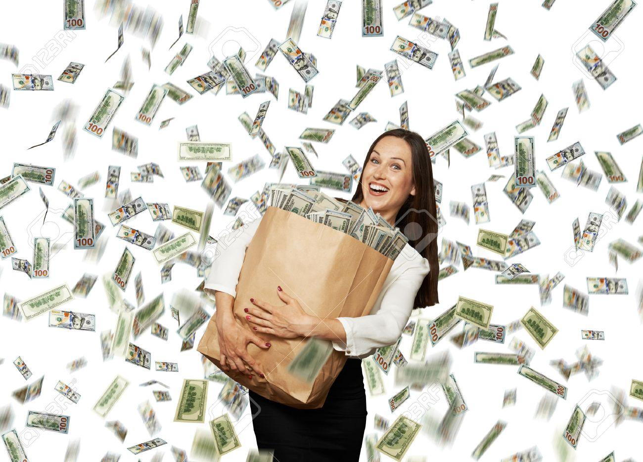29781734-glücklich-und-smiley-geschäftsfrau-papiertüte-mit-geld-unter-dollar-regen