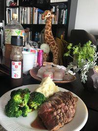 【写真】女子会の自宅パーティーの食卓に並んだローストビーフとポレドレ