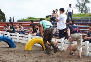 【写真】途中にあるタイヤの障害物を通過する農園主