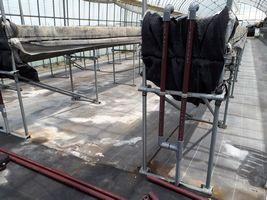 【写真】高設ベッドの灌水用塩ビ管を耐熱性塩ビ管に交換したところ