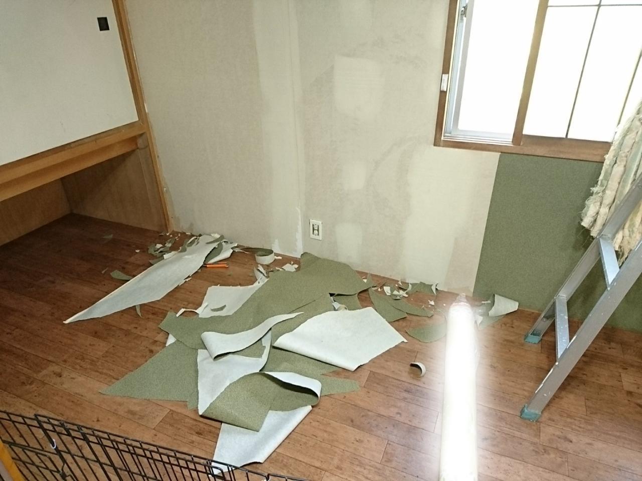 Diy 和室の砂壁をレトロな柄の壁紙に アルはトイプードルなのであ る