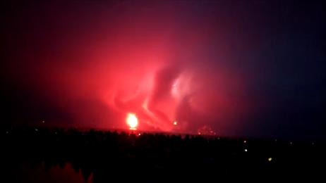 硝煙が怪獣となり花火を食っているシーン