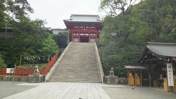 八幡宮の本殿前の階段