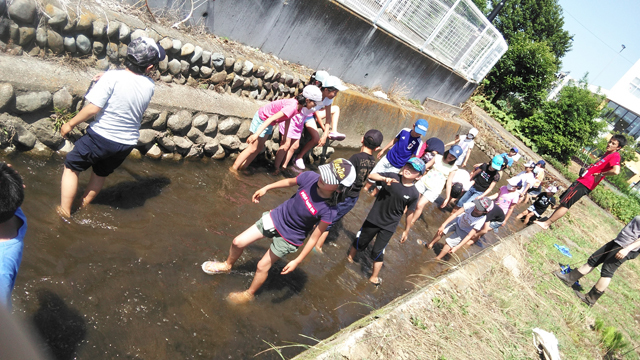 用水路で足を洗って水遊び
