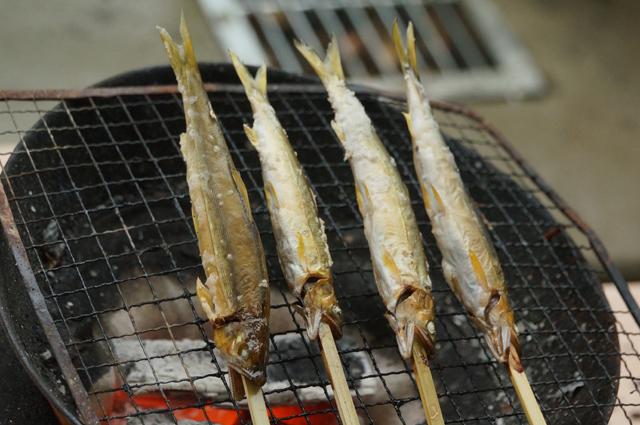 鮎を炭火で焼く