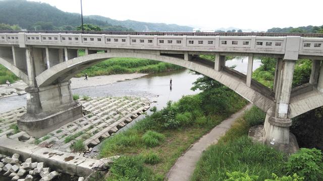 東秋留橋から見える釣り人 鮎狙い