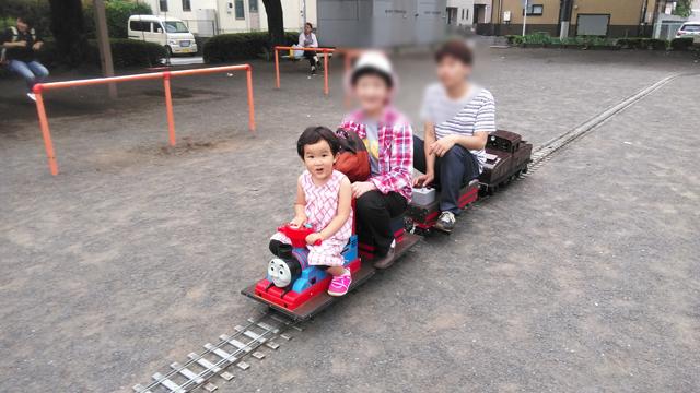 子供、トーマスに乗る
