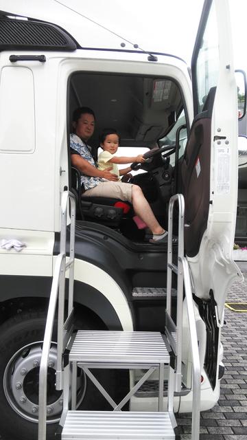新型プロフィアの運転席に座る親子