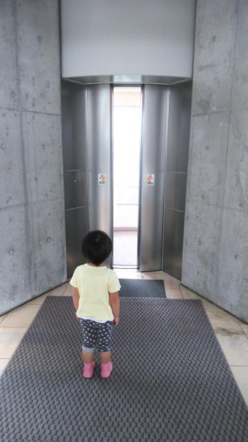 未来的なエレベータに乗って