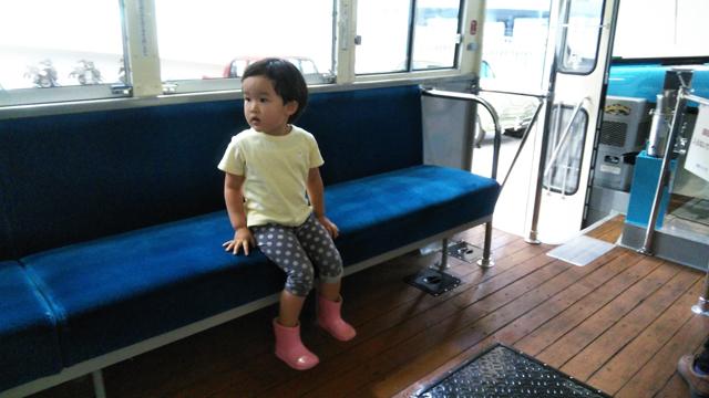ボンネットバスの客席に座る