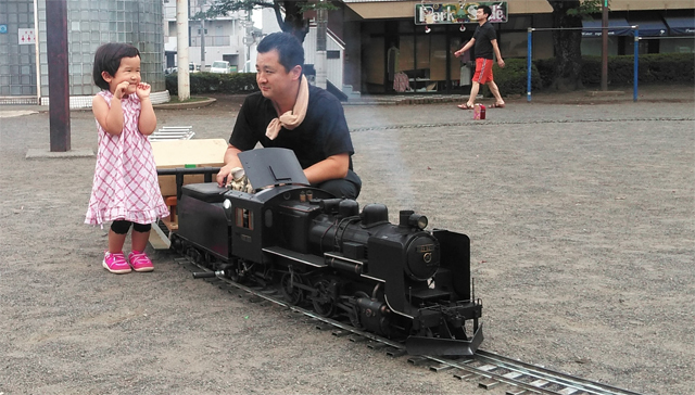 オラと子供が汽車を目の前にして