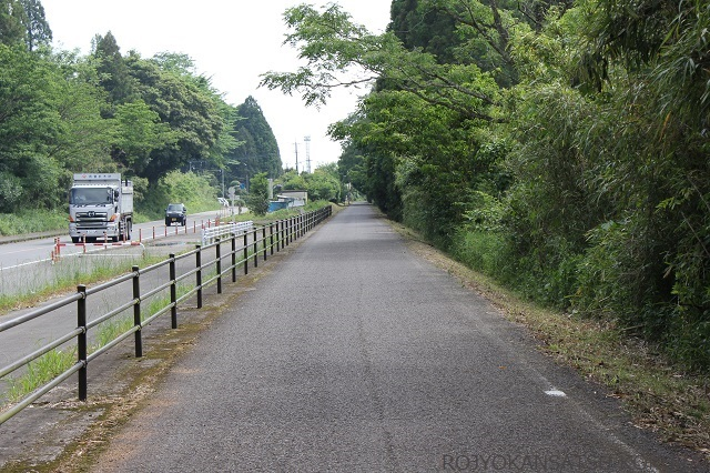 国道と並行に走るサイクリング道路へ