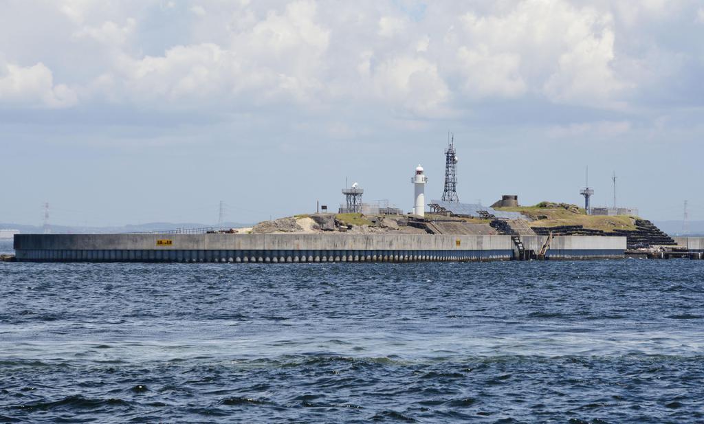 sty1807100013-p1_東京湾に浮かぶ要塞「第二海堡」=10日午後、千葉県富津市