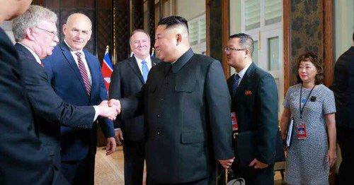ボルトン氏と笑顔で握手