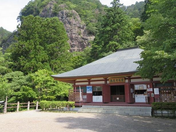 鳳来寺本堂と鏡岩