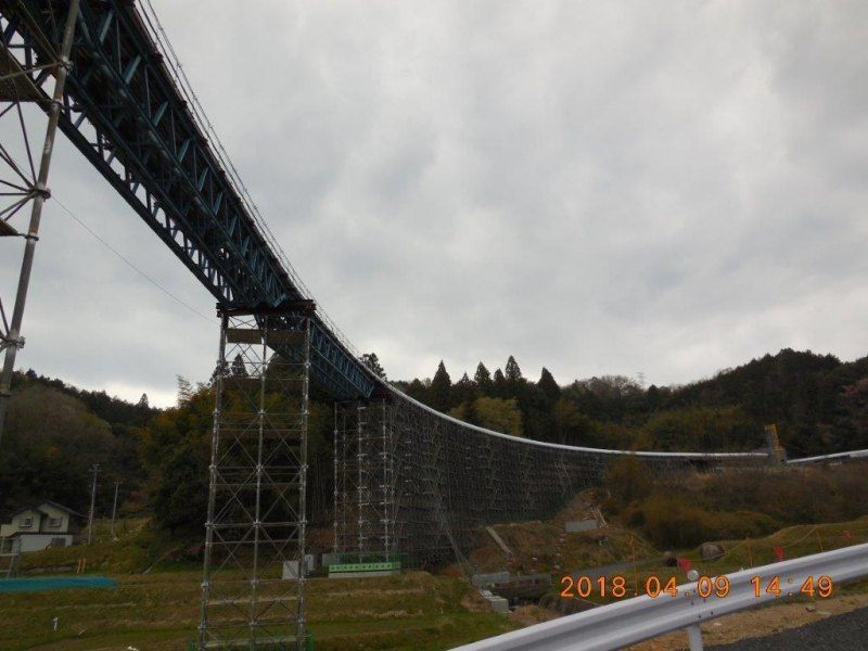 山梨実験線の高架橋を思わせるベルトコンベアー
