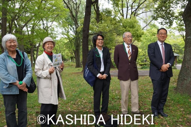 日比谷公園での裁判集会。原告4人+小島弁護士