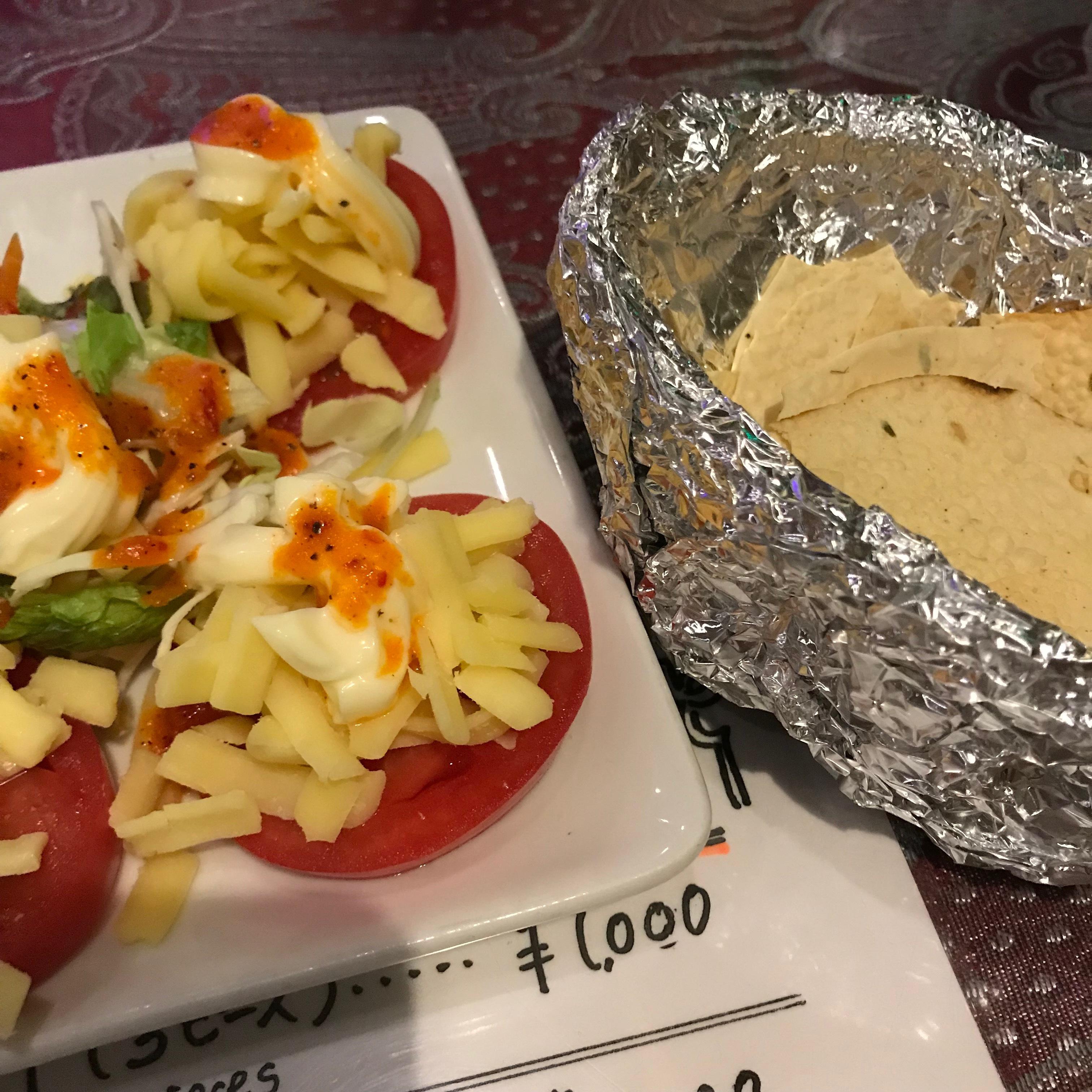 トマトサラダ530円。チーズがおいしくない。
