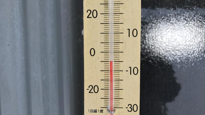 劔神社(標高1420m)の物置に掛けてある温度計