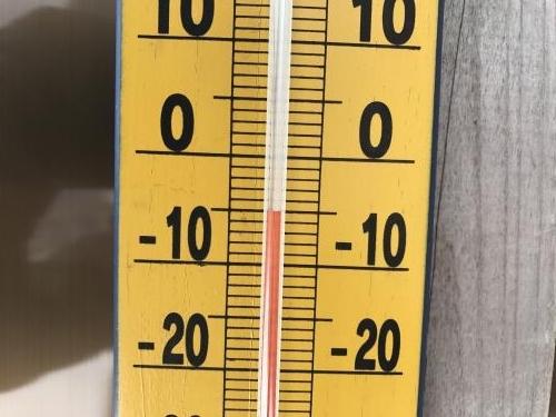 4月8日、9時8分に頂上ヒュッテの入り口に掛けてある寒暖計