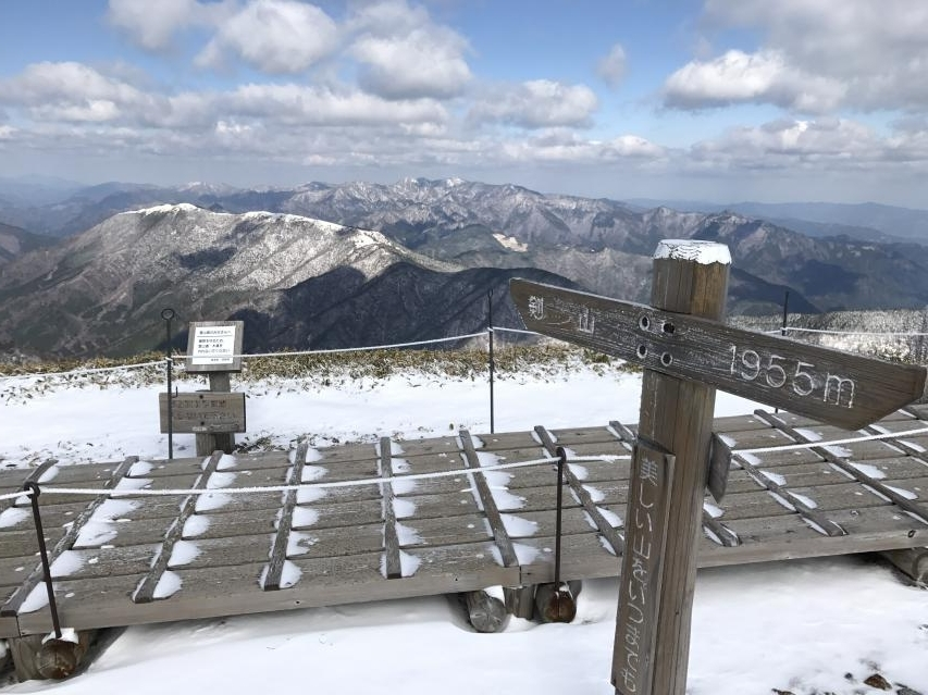 四国山地に雪が積もった