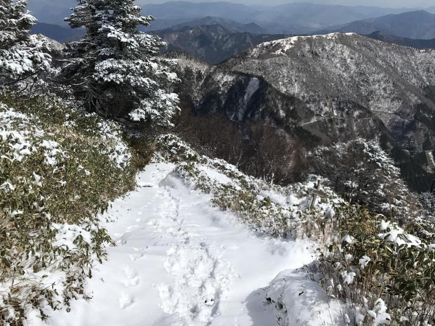 登山道の積雪は10センチ程度か