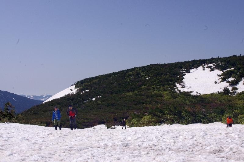 登山登り口の残雪