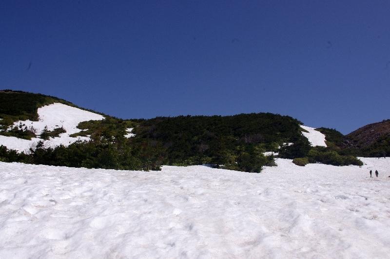 登山登り口の残雪-2