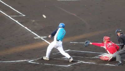 P5110727 1回表FAIR2死一、二塁から5番が右翼線二塁打を放ち1点先制