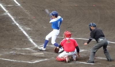 P5291876淡路機材㈱4回表2死二塁から1番が右翼線二塁打を放ち1点勝ち越す
