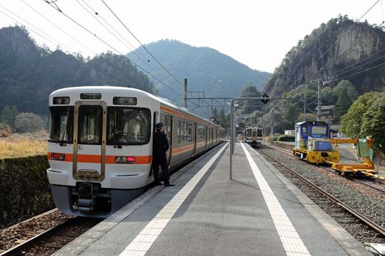 三河槙原駅で列車交換