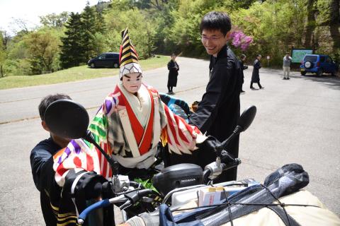 バイクに跨る人形