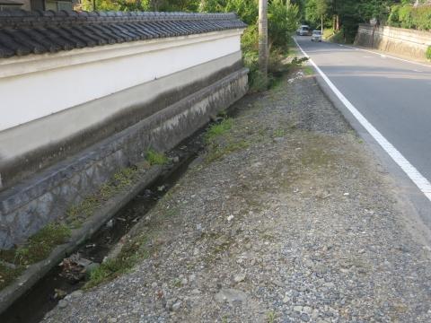 「子供や自転車がドブに落ちてしまう路肩」川又地区 (1)