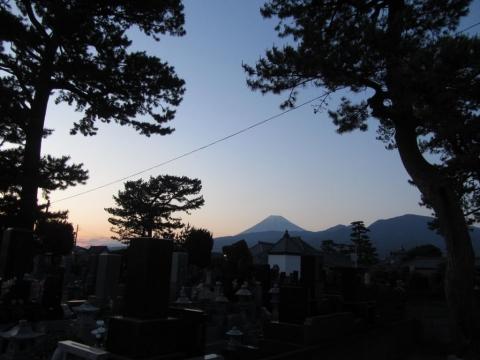 松陰寺墓地より富士山