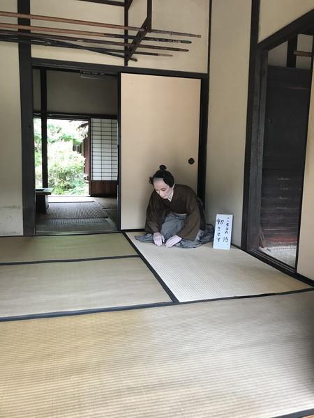 09_入り口マネキン