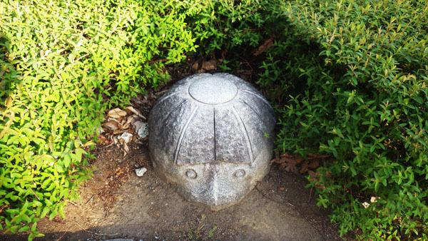 合羽の首だけの像