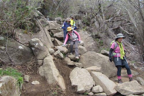 岩の多い道を下る