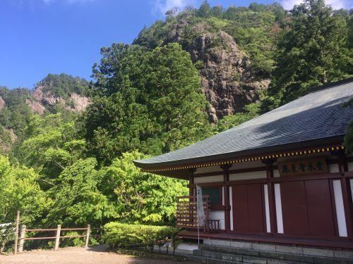 本堂と岩壁